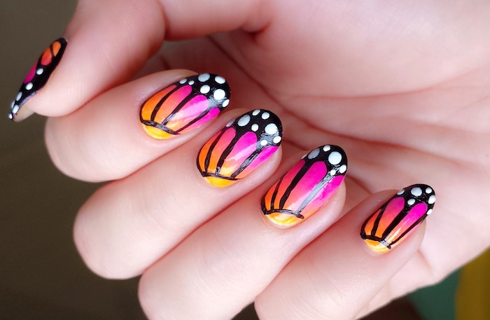 hand, gelnägel bilder, ombre nägel lackieren, maniküre in rosa, orange und gelb, schmetteringe, flügel