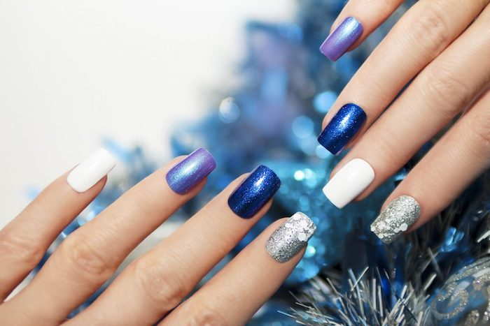 gelnägel bilder, blaue girlande, winter nägel mit glitzer, maniküre in blau, lila, weiß und silbern