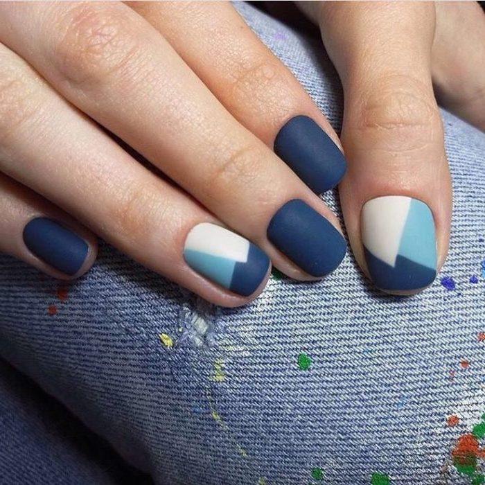 geometrisches gelnägel design in blau und beige, jeans, fingernägel lackieren