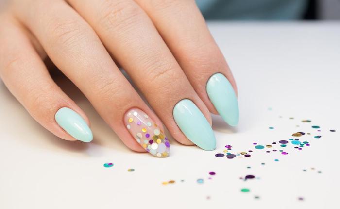 gelnägel formen, spitze nägel, weißer tisch, mintfarbener nagellack, konfetti