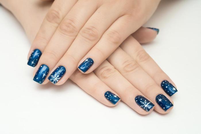 gelnägel formen, winter nägel sekber machen, blauer nagellack, schneeflöcken, sternen