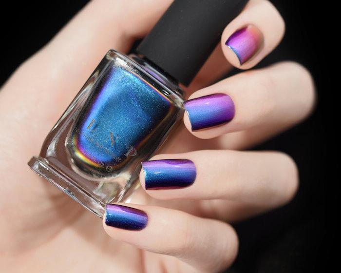 gelnägel formen, hand, nagellack in verschiedenen nuancen, lila, blau, glitzer
