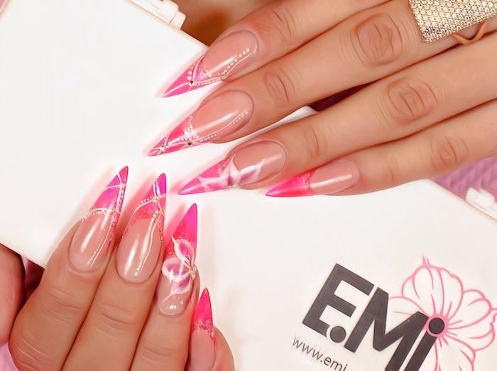 gelnägel french, lange spitze nägel, nageldesign mit blumen, rosa und weißer nagellack