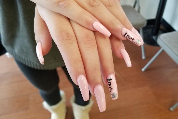 gelnägel natur rosa, frau, lange nägel, hellrosa nagellack, schriftzug, love, liebe