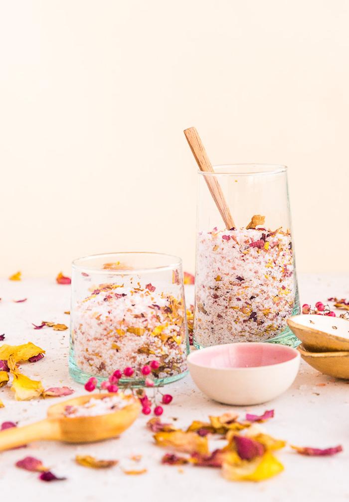 geschenk beste freundin selber machen, badesalz mit rosenblättern, naturprodukt, einfach