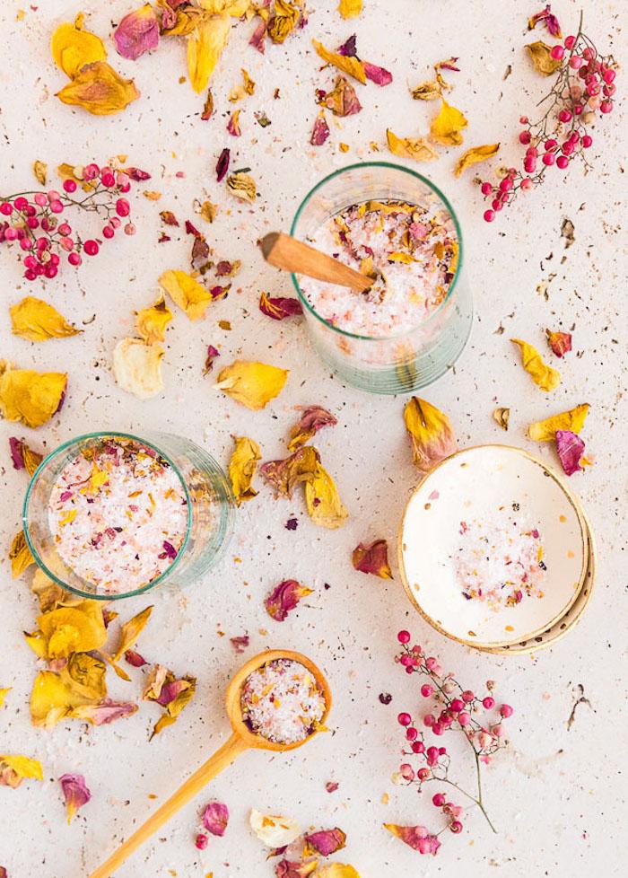 geschenk beste freundin selber machen, getrocknete blütenblätter, badesalz rezept
