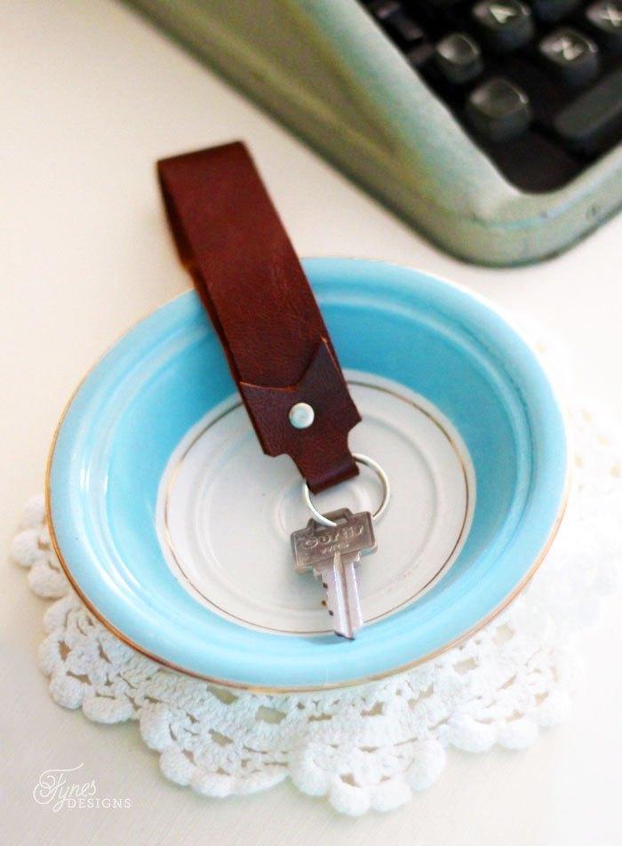 geschenk bester freund, schüssel in weiß und blaue mit goldener kante, schlüsselanhänger aus leder, anleitung