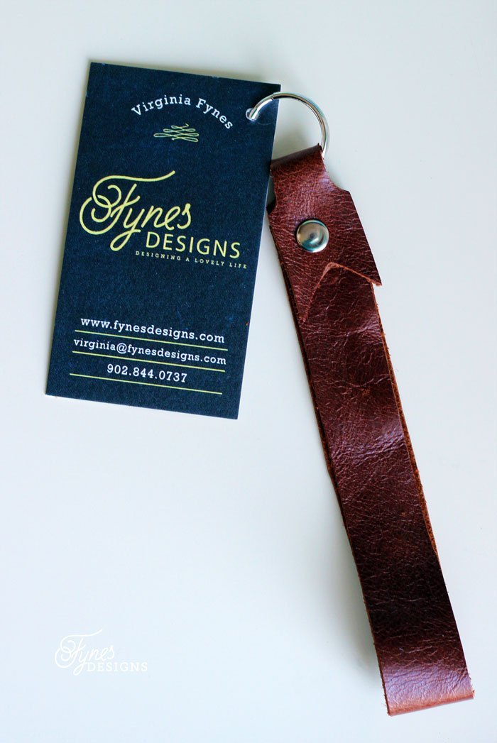 geschenk bester freund, selbstgemachter schlüsselanhänger aus braunem leder