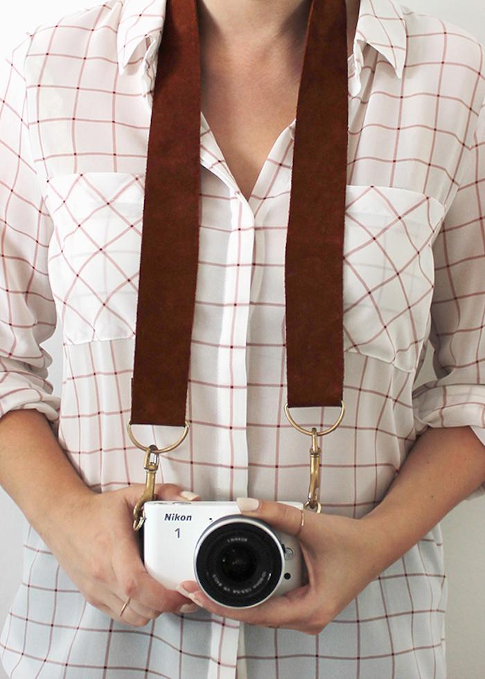 geschenk bester freund, frau, band für fotoapparat, diy, frau mit weißem kariertem hemd