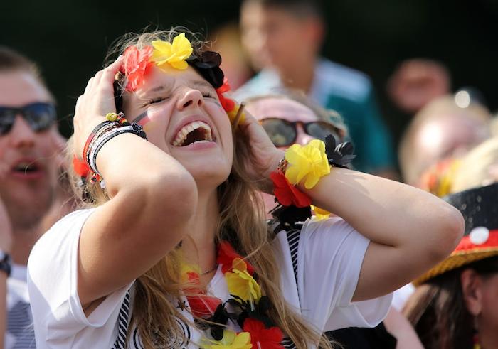 Fußball-Weltmeisterschaft, Explosion der Emotionen, Kette und Armband in den Farben der Flagge