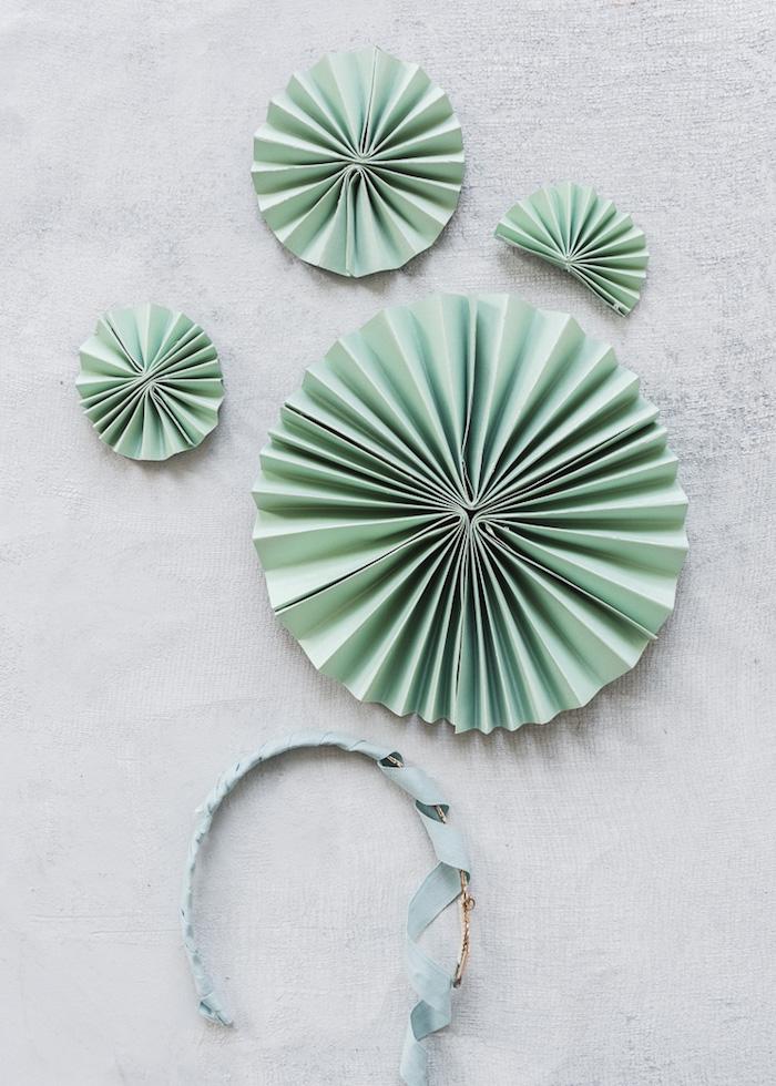 Haarschmuck aus Papier selber machen, kreative Bastelidee mit Tonkarton