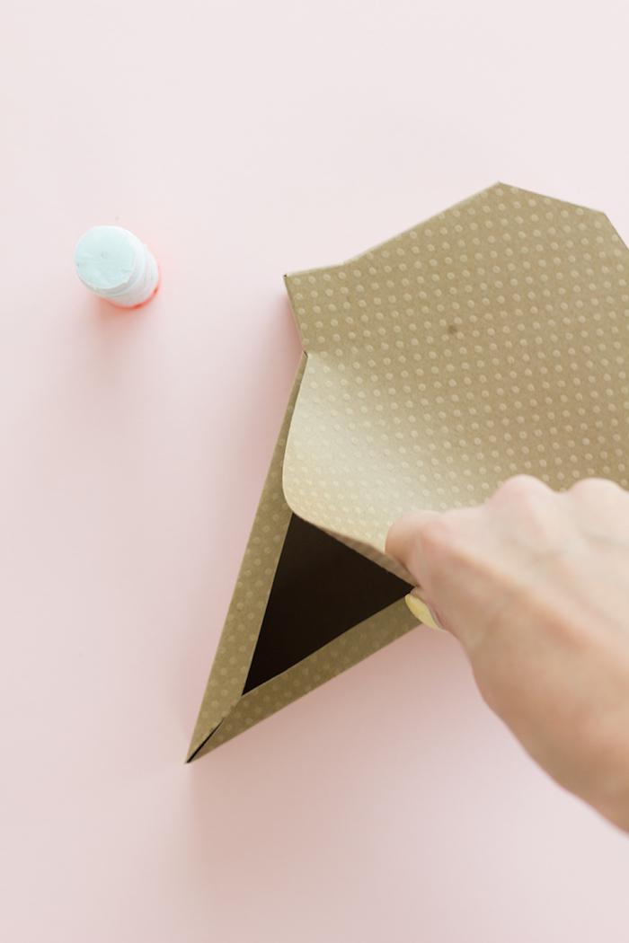 Geschenkschachtel in Form von Eiscreme aus Tonkarton selber basteln