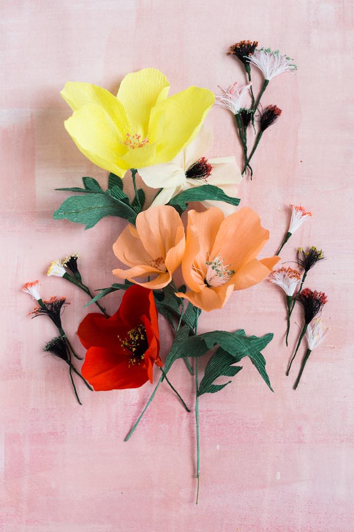 Bunte Blumen aus Krepppapier selber basteln, Idee für schönes DIY Geschenk