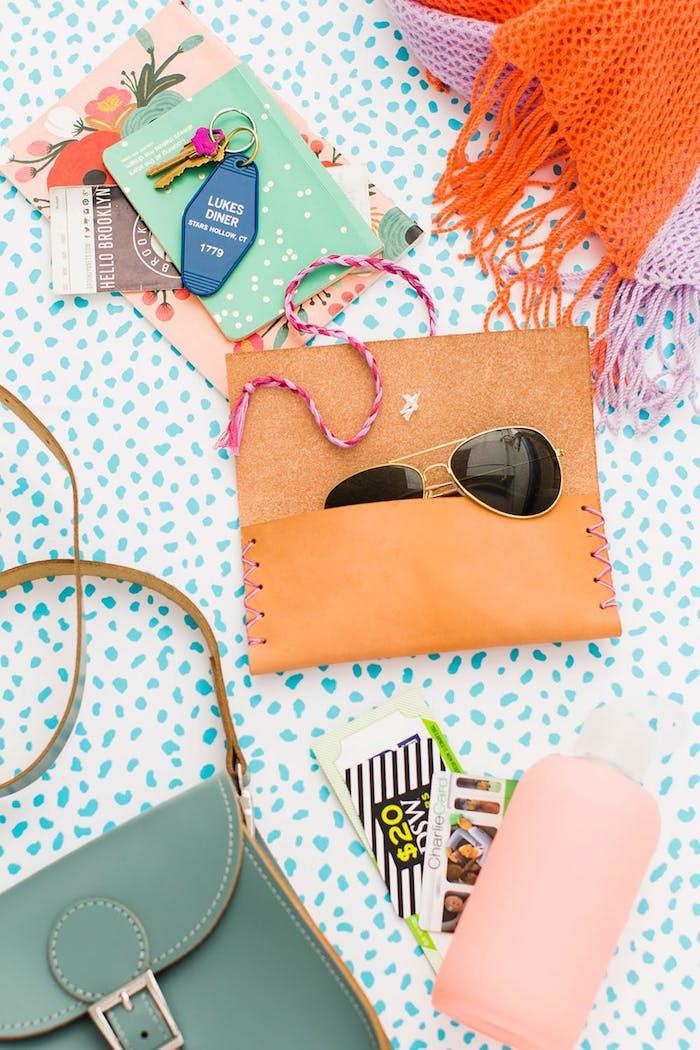 geschenke selber machen, selbstgemachtes brillenetui aus braunem leder, sonnenbrillen in retro stil