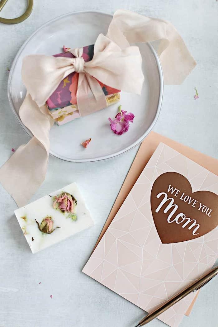 schnelle muttertagsgeschenke basteln, diy seifen mit getrockneten roseblättern, muttertag