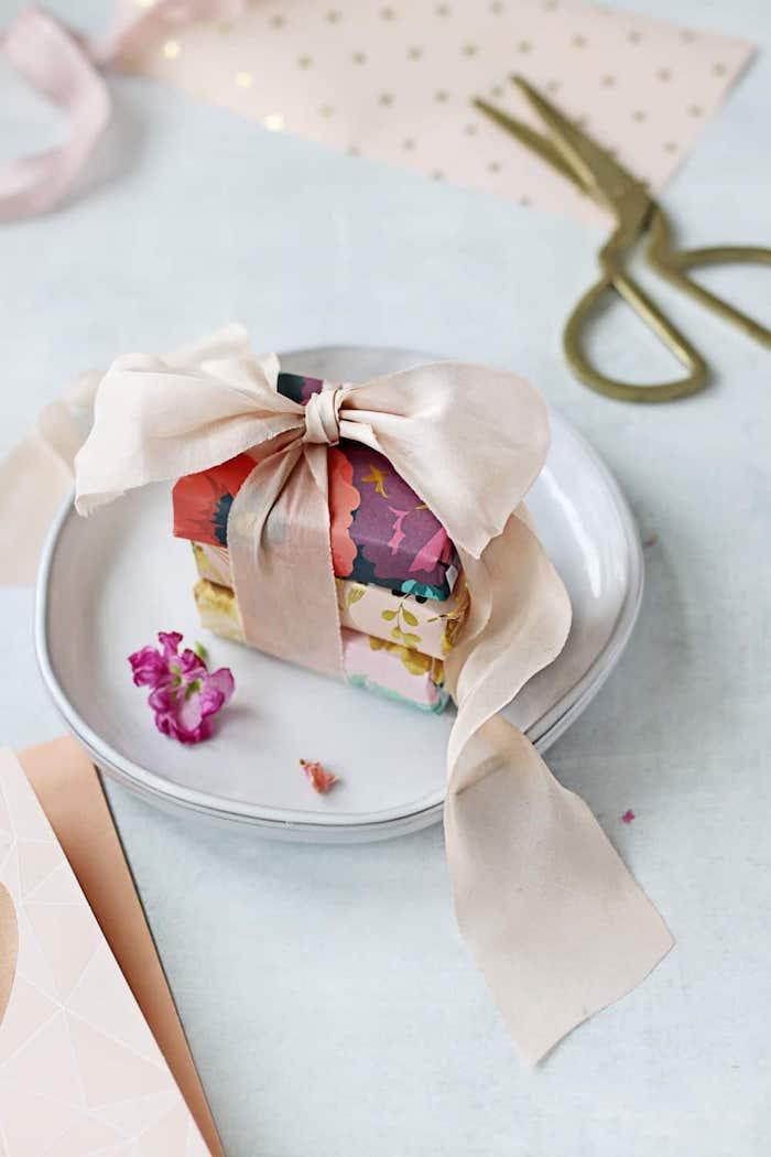 schnelle muttertagsgeschenke basteln, goldene schere, diy seifen mit getrockneten rosenblättern, muttertag