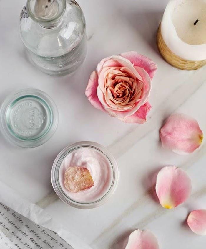 geschenk beste freundin selber machen, tisch, gefallene rosenblätter, selbstgemachtes bodybutter mit rosenöl und hibiskus