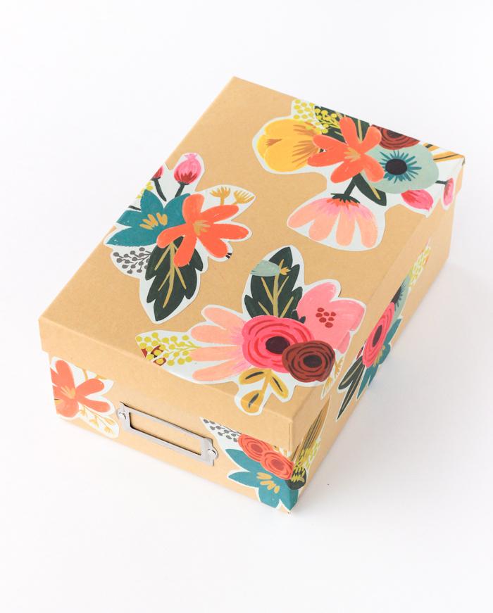 Geschenke selber machen und schön verpacken, Schachtel mit Serviettentechnik verzieren