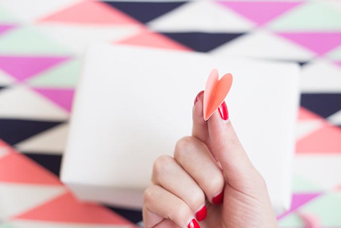 Weiße Schachtel mit 3D Herzen bekleben, leichte und kreative Idee für auffällige Geschenkverpackung