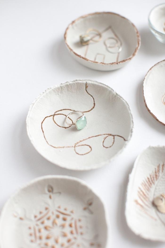 geschenkideen beste freundin selber machen, silberner ring mit grünem stein, selbstgemachte ringschalen aus ton
