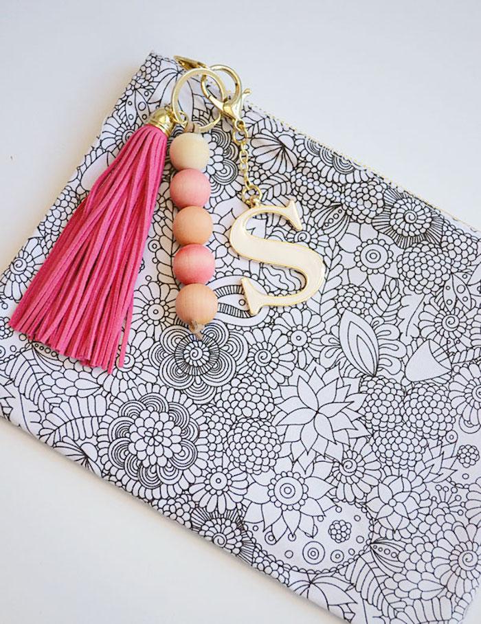 geschenkideen beste freundin selber machen, selbstgemachter schlüsselanhänger aus holzperlen, buchstabe, rosa fransen