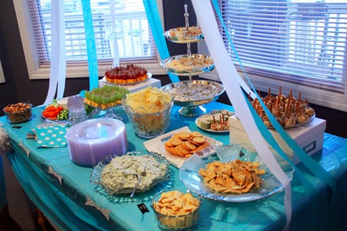 eine blaue Tischdecke, Streifen, Süßigkeiten auf Haufen, Deko für Babyparty