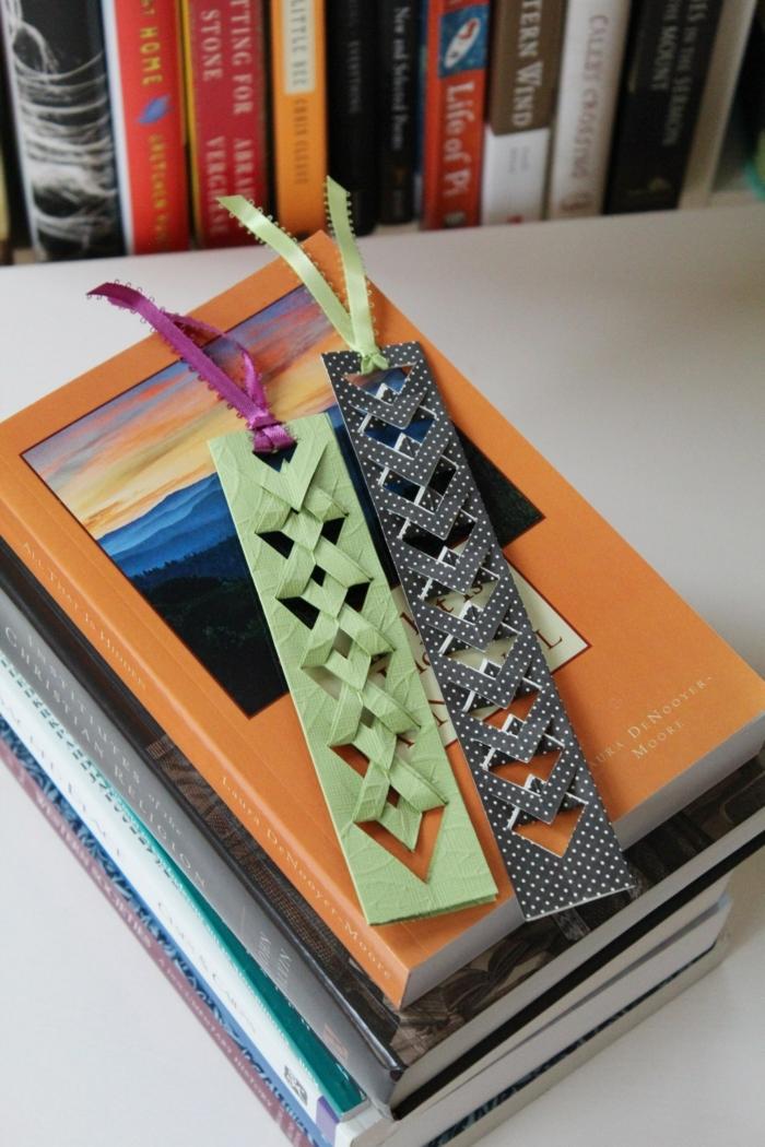 zwei Lesezeichen selber basteln, grüne und blaue Lesezeichen mit bunten Schleifen
