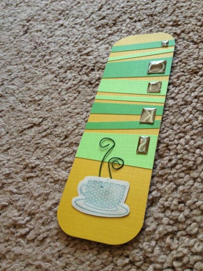 ein Lesezeichen in grüner und gelber Farbe mit Tasse Kaffee als Dekoration, Lesezeichen selber basteln
