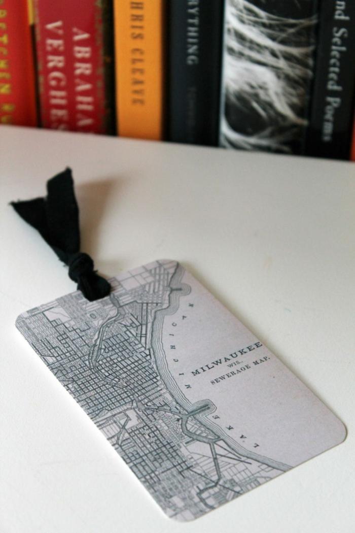 graues Lesezeichen mit schwarzem Band auf einem weißen Tisch, Lesezeichen selber basteln