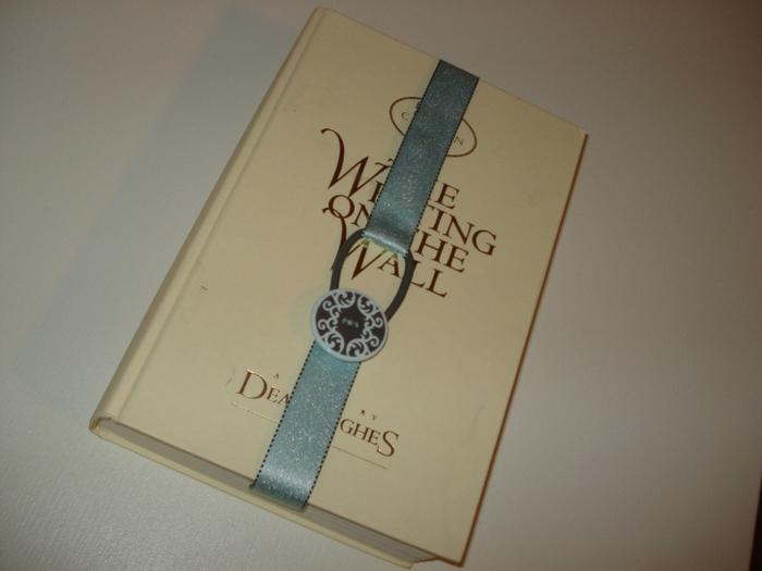 ein schönes Lesezeichen in grauer Farbe, Lesezeichen selber basteln, ein Zeichen