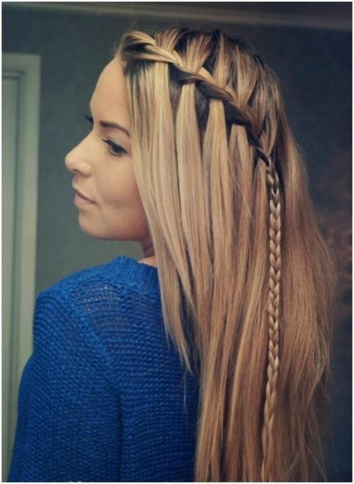 blonde Haare, ein Zopf, blauer Pullover, einfache Frisuren für schöne Frauen