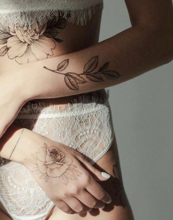 hände mit tattoos mit vielen schwarzen blumen znd blättern und weißen rosen, tattoos für frauen ideen