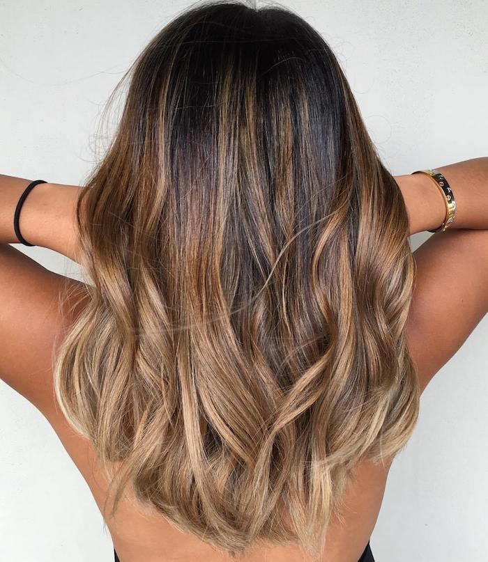 Balayage Haare, Karamell und Dunkelblond, mittellange Haare, gebräunter Hautteint