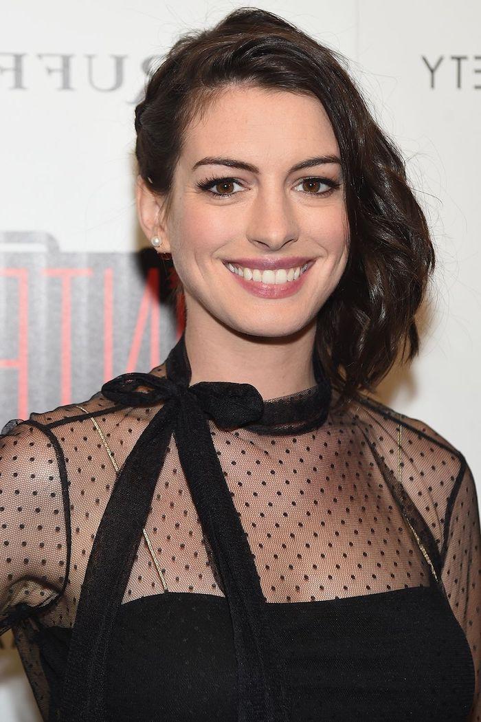 Anne Hathaway Haarfrisur, schulterlange Haare mit Seitenscheitel, schwarzes Abendkleid