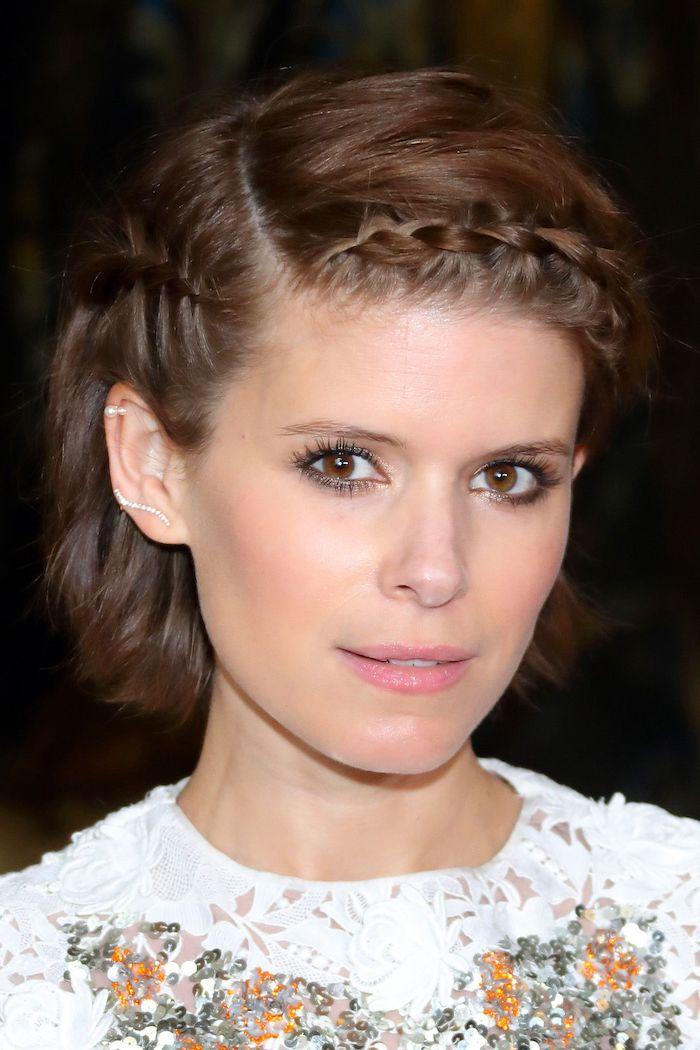 Kastanienbraune Kurzhaarfrisur mit Seitenscheitel, leichtes Augen Make-up und Nude Lippenstift