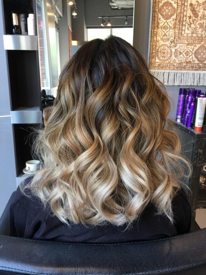 Trendfrisuren 2018, Balayage Haare, mittellanges Haar mit Locken, blonde Strähnen