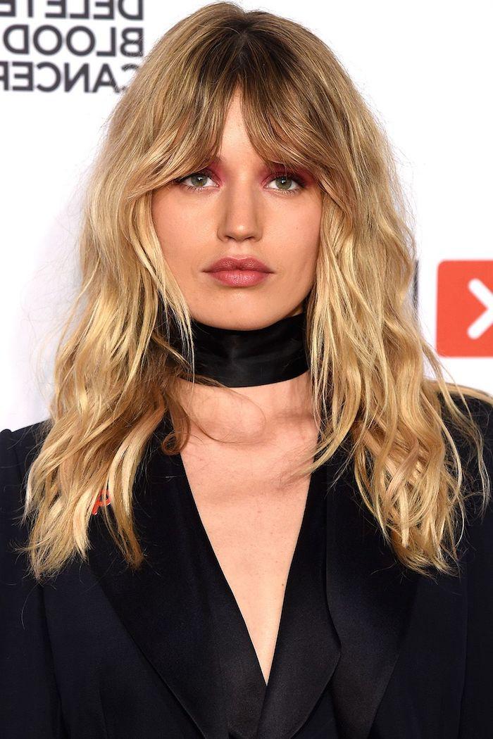 Balayage Haare, Karamell und Blond, roter Lidschatten und Lipgloss, schwarzer Blazer