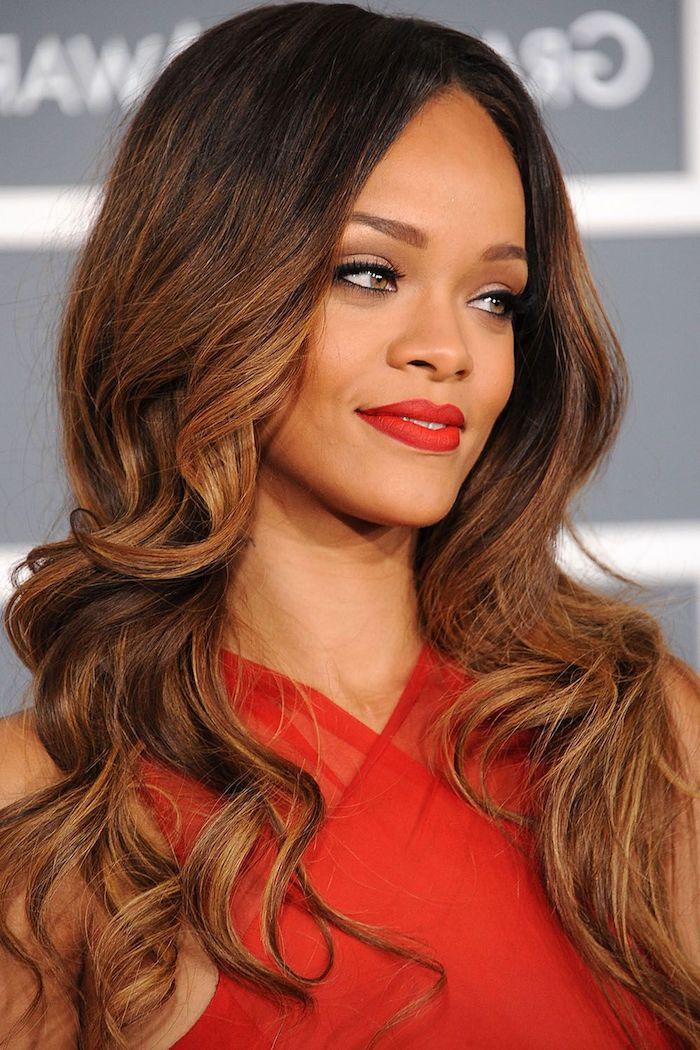 Rihanna Haarfrisur, Balayage Haare in Schokobraun und Karamell, rotes Abendkleid und roter Lippenstift