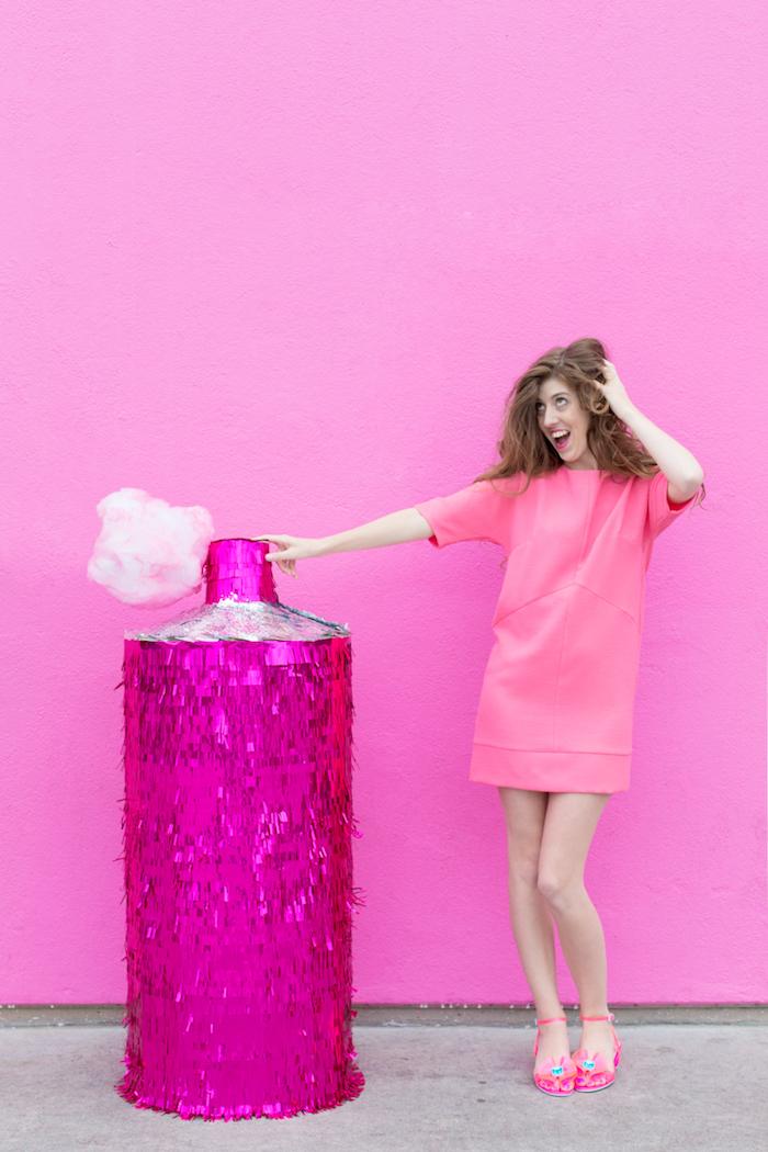 Haarspray Pinata selber machen, basteln mit Pappe, Frau mit kurzem Kleid und Sandalen in Rosa