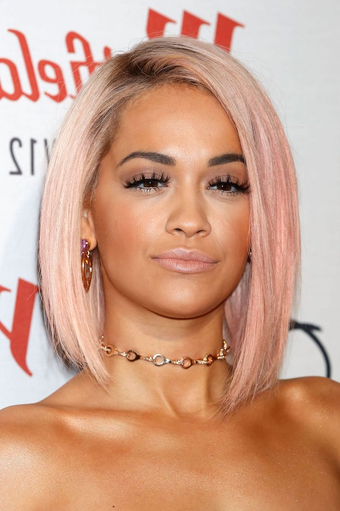 Schulterlange Bob Frisur, rosa glatte Haare, goldener Schmuck, Nude Lippenstift