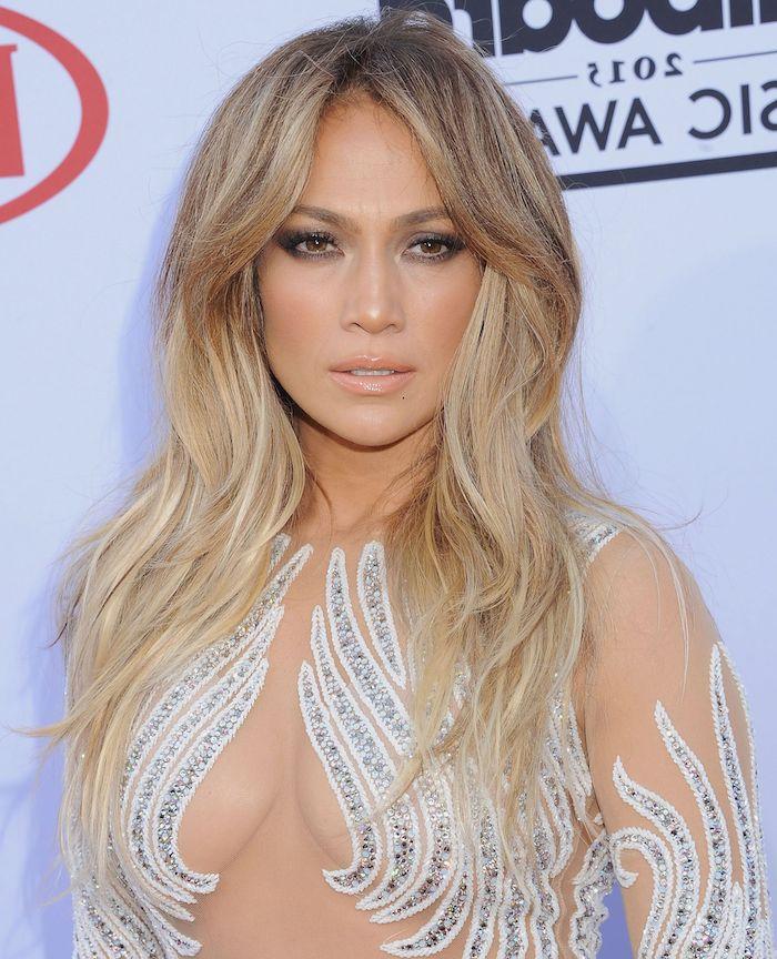 Jennifer Lopez Haarfrisur, lange Balayage Haare, Abendkleid mit Kristallen, Lipgloss und Smokey Eyes