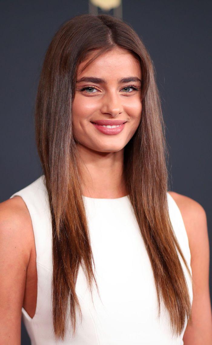 Lange braune Haare, leichtes Make-up, schwarze Mascara und Lipgloss, weißes Kleid