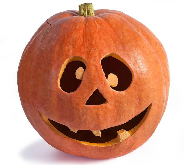 gruselige kürbisgesichter, ein großer oranger kürbis mit großen schwarzen augen und drei orangen zähnen, einen halloween kürbis schnitzen