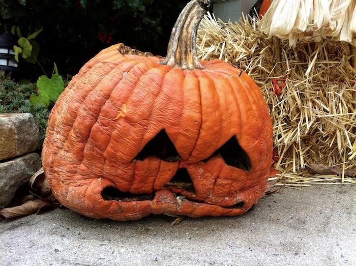 halloween deko selber basteln, ein großer oranger kürbis halloween mit großen schwarzen augen, gruselige kürbisgesichter vorlagen