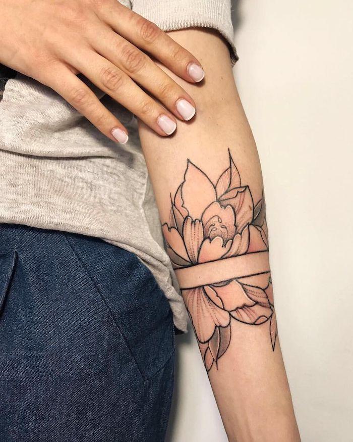 arm tattoos für frauen, eine hand mkt einem weißen nagellack, eine eine junge frau mit einer hand mit einem schwarzen tattoo mit großen blumen und einer weißen schleife