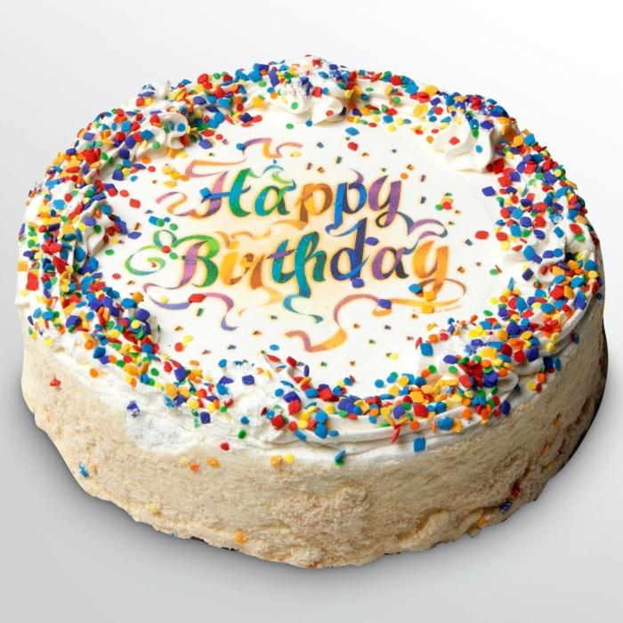 Geburtstagskuchen mit bunten Aufschrift Happy Birthday, weiße Creme, bunte Streuseln