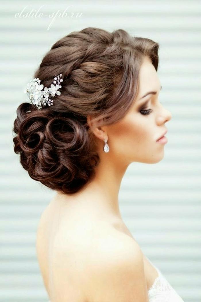 einfache Hochsteckfrisuren für lange Haare, ein weißer Haarschmuck, kleine Ohrringe, Brautfrisur
