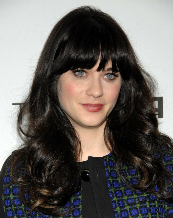 schwarze Haare, blaue Augen, roter Lippenstift, eine Prominente, einfache Frisuren