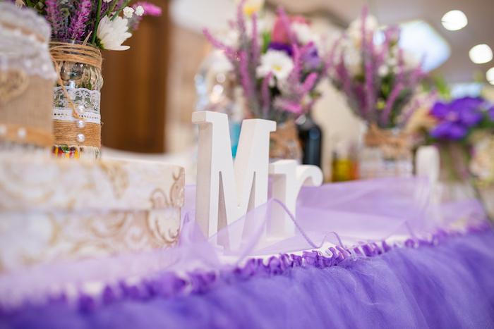 Tischdeko für Hochzeit in Lila und Weiß, weiße Buchstaben aus Holz, Vasen mit Spitze und Perlen dekoriert