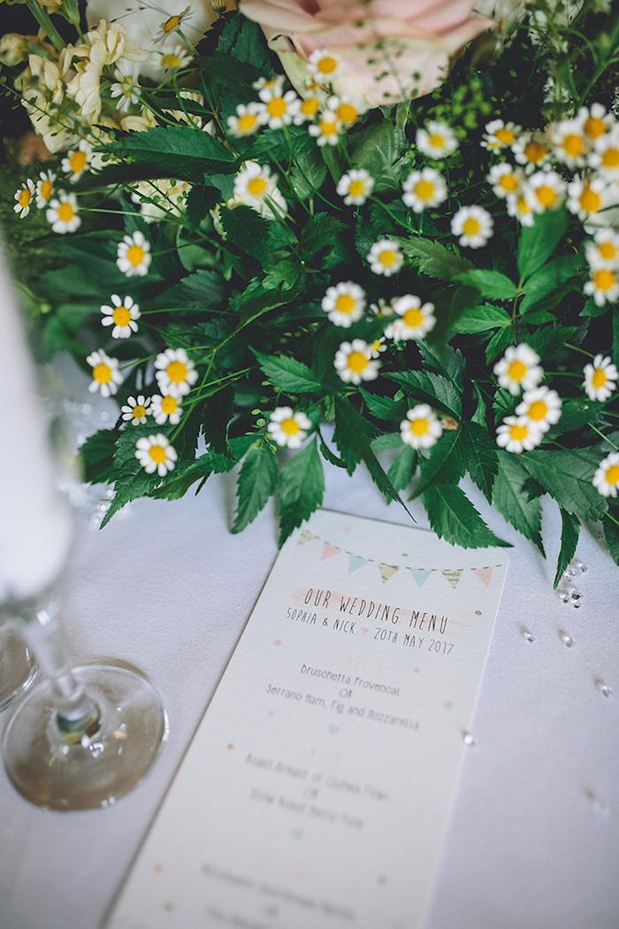 Tischdeko für Hochzeit mit Kamillen, weiße Tischdeke, handgemachtes Menü